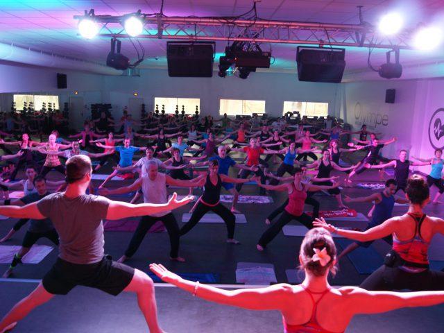 Photo d'un cours fitness avec de nombreuses personnes