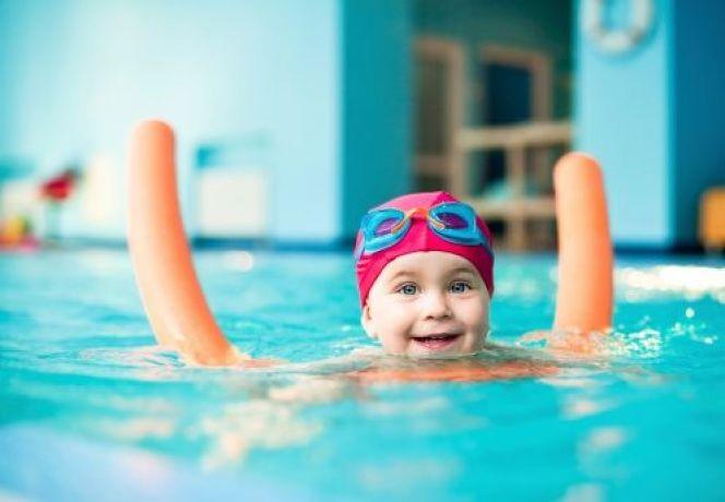 Photo bébé enfant dans l'eau piscine à Olympe Aqua fitness